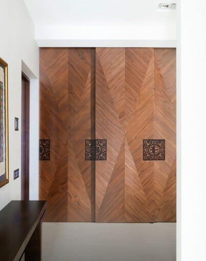 Intarsia tehnikaga dekoreeritud omanäolised uksed.